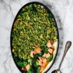 Gratin à la chapelure maison aux herbes, saumon, brocoli, et patates douces