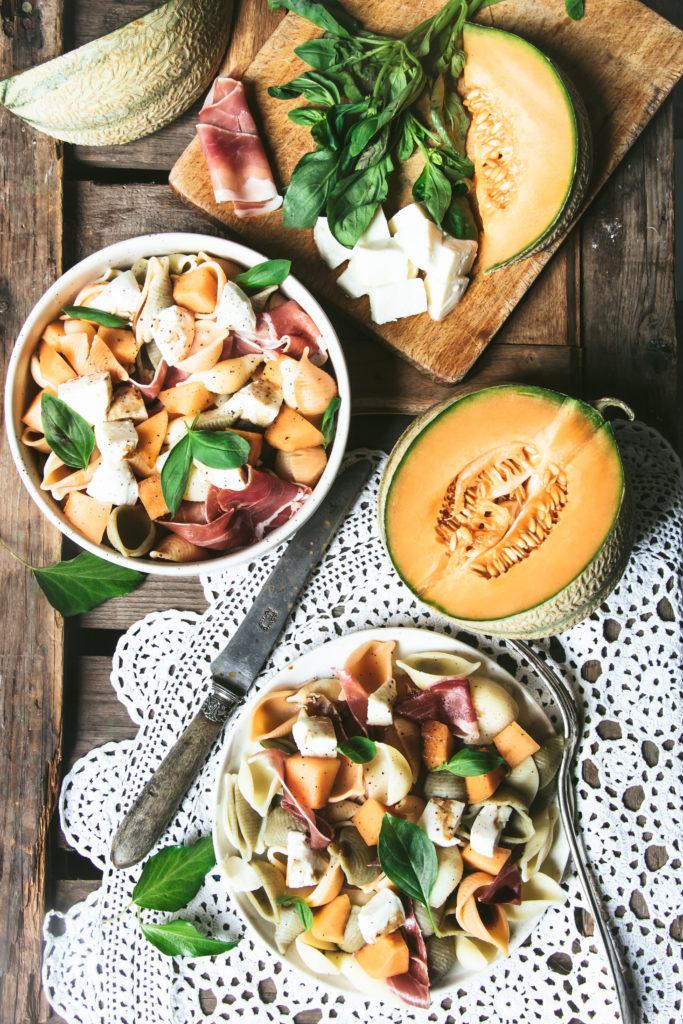 Salade de pâtes melon mozzarella jambon basilic