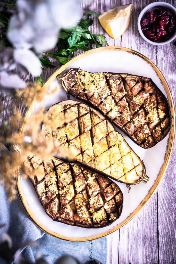 Aubergines au four, taboulé et sauce tahin