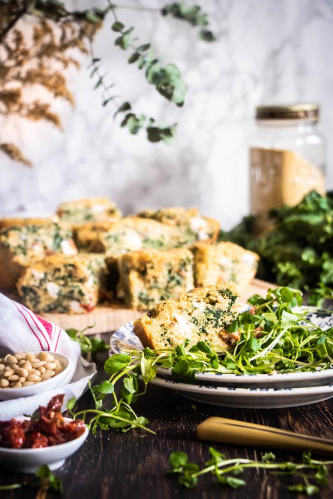 Pain de polenta face cake au chou kale, tomates séchées et feta