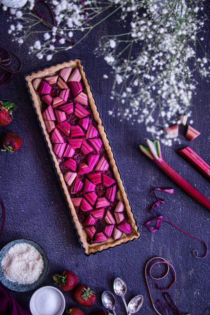 Tarte graphique rhubarbe fraises amandes