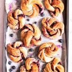Cinnamon rolls et sauce aux bleuets