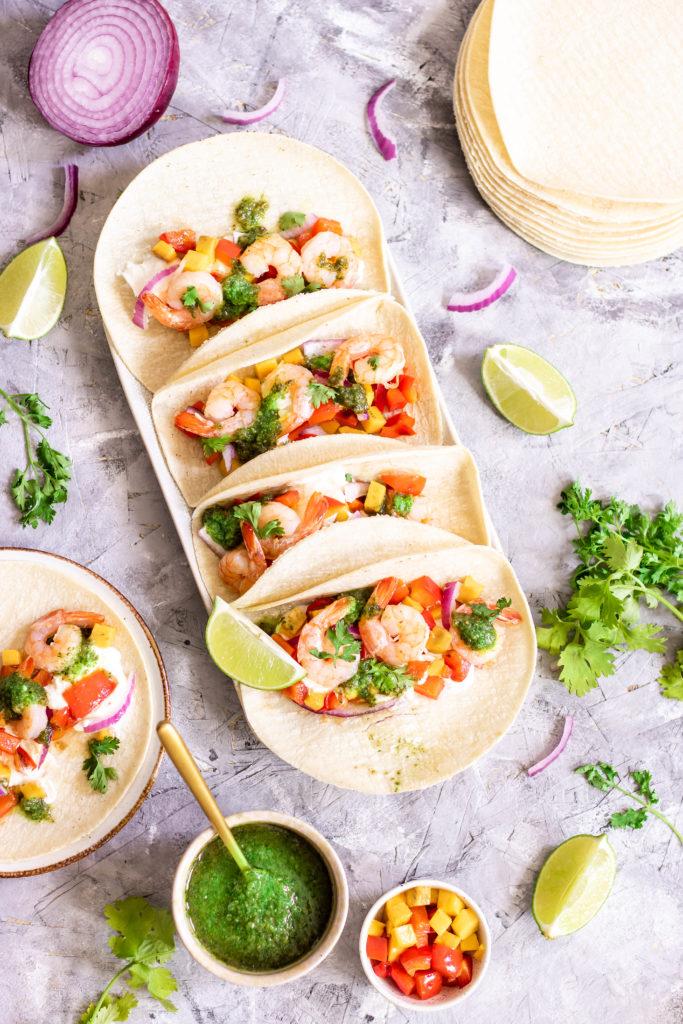 Tacos aux crevettes, pesto de coriandre, poivron et mangue