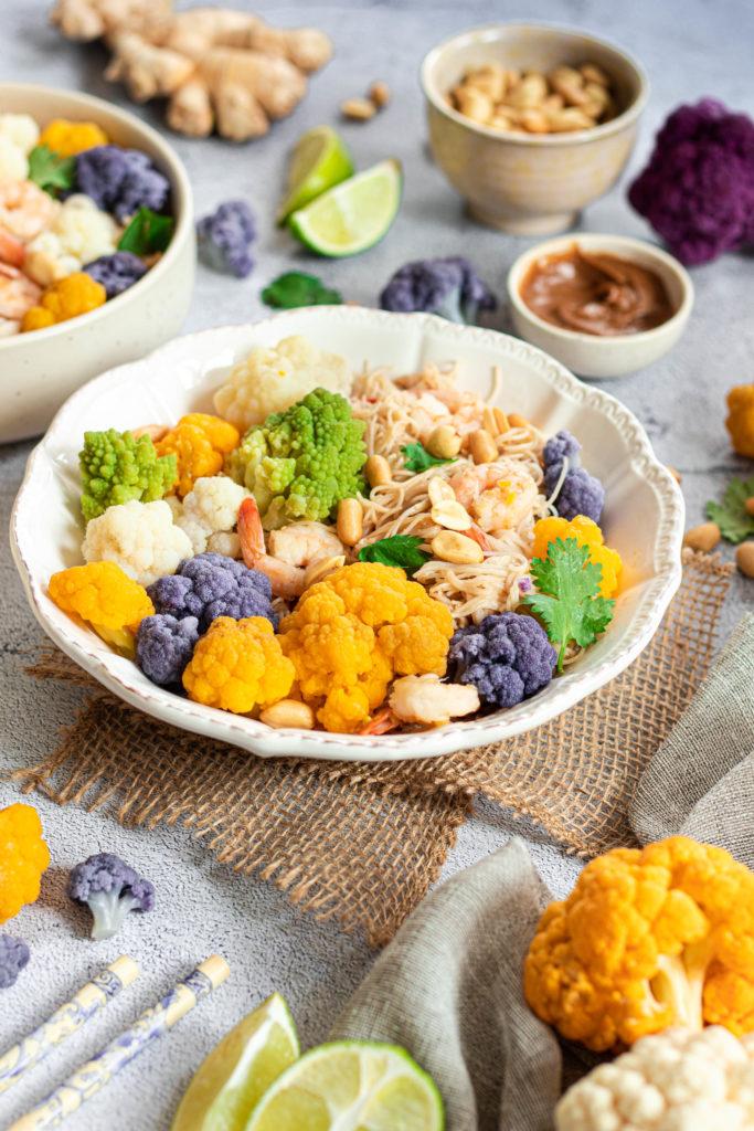 Bol de chou fleur coloré sauce asiatique crevettes